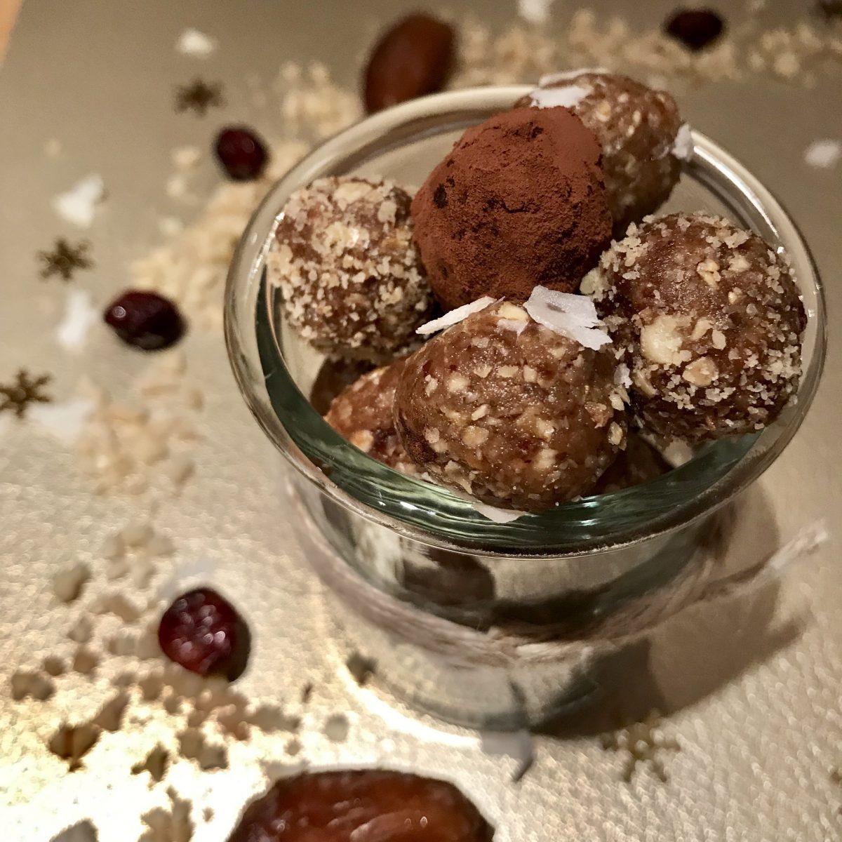 Dattelkonfekt Pralinen Rohkost vegan Datteln Nüsse Rosinen Kokos Rezept